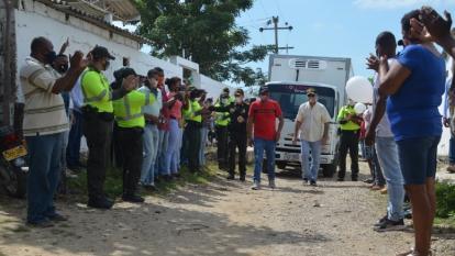 Policía y comunidad de Arroyo Grande aplauden al conductor del camión Edwin García. Lo acompañan el comandante de la Policía de Cartagena, general Henry Sanabria, y el alcalde William Dau.