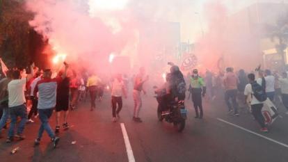 Los hinchas de Universitario se aglomeraron en las calles y en las afueras del estadio donde jugaba el equipo.