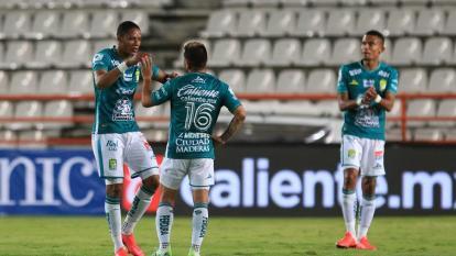 Yairo Moreno celebrando el triunfo con un compañero. Atrás aplaude William Tesillo.