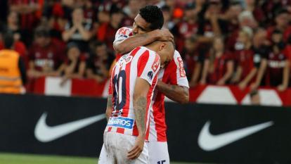 Luis Narváez consolando a Jarlan Barrera después de que Junior perdiera la final.