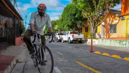 Gabriel Tapia, de 66 años, recorre todos los días la bicirruta en la calle 47 con carrera 22.