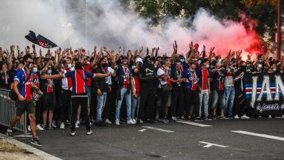 Hinchas del PSG se enfrentaron a la policía en París tras la derrota ante el Bayern Múnich.