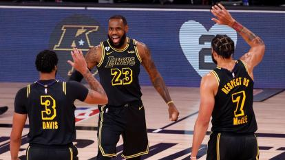 LeBron James celebra con Anthony Davis y McGee