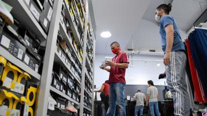 Compradores en una tienda de calzado en un centro comercial en Barranquilla.