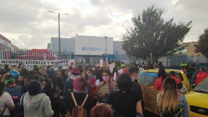El hecho generó protestas a las afueras de la Clínica donde labora el médico.