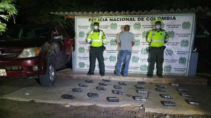 El capturado, la droga y la camioneta fueron dejados a disposición de un fiscal en Maicao.