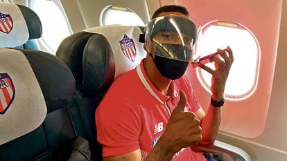 Luis Amaranto Perea, nuevo entrenador de Junior, en el vuelo chárter que llevó al plantel rojiblanco a Guayaquil, Ecuador.