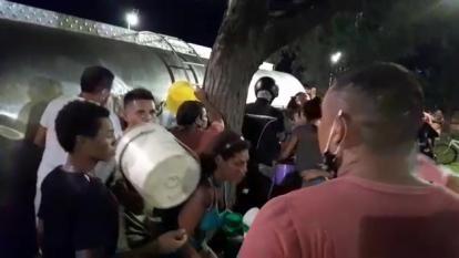Decenas de personas se abastecieron con la carga de leche tras volcarse un camión en la glorita del Terminal de Transportes.