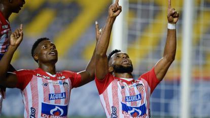 Miguel Borja y Dany Rosero agradeciendo al cielo tras el gol del triunfo de Junior.
