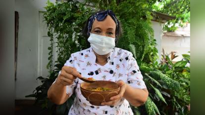Josefina Cassiani con una totuma de sopa de guandú que ella preparó.