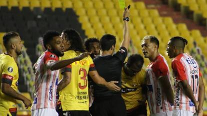 Teófilo Gutiérrez pidiéndole al árbitro que expulsara al defensor que le cometió falta a Miguel Borja.