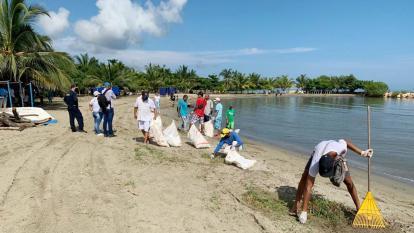 La Dirección Marítima limpia las playas de Coveñas