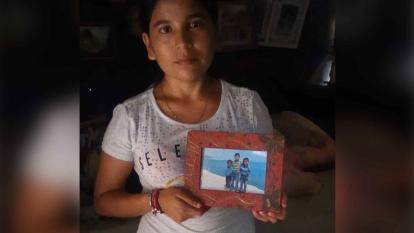 Yuliana Sanguino con la foto de su hijo desaparecido hace dos años en Minca.