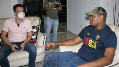 El alcalde de Montería, Carlos Ordosgoitia, dialoga con el abogado Juan Camilo Borja, liberado tras cuatro días de secuestrado.