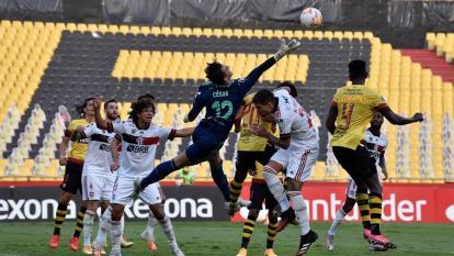 Una acción del juego entre Flamengo y Barcelona de Ecuador.