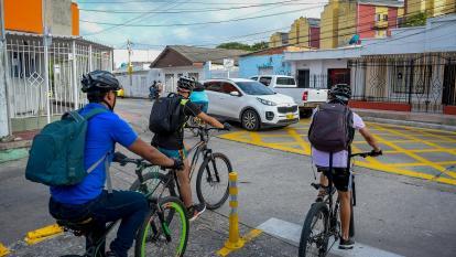Tres ciclistas en una de las vías habilitadas.