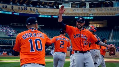 El festejo de los Astros de Houston tras consolidar su victoria sobre los Mellizos.