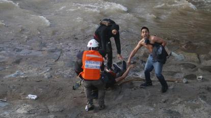 Chile amanece conmocionado por menor que fue lanzado al río durante protesta