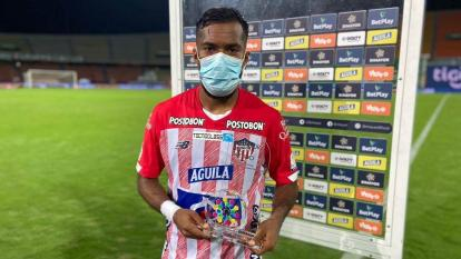 Luis 'Cariaco' González con el premio a 'Mejor Jugador del Partido'.