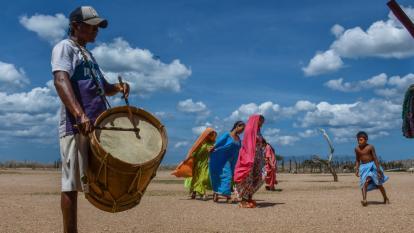 Un grupo de indígenas wayuu de la ranchería cultural Ipotshiru realizan una muestra del baile autóctono de La Yonna.