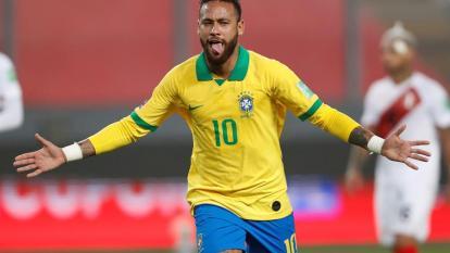 Neymar anotó tres goles ante Perú, por eliminatorias, y superó a Ronaldo en la lista de goleadores históricos de Brasil.