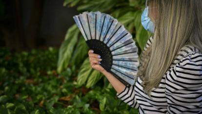 Las sensaciones de calor son de los síntomas más comunes de la menopausia. Este calor va desde la cintura hasta el cuello, la cabeza y las orejas.