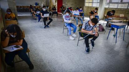 Estudiantes de la Institución Educativa Francisco Javier Cisneros  en Puerto Colombia.