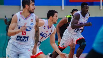 Gianluca Bacci (centro) conduce la pelota con Selem Safar y Juan Diego Tello acompañando.