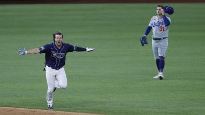 Phillips remolca dos en el noveno y los Rays empatan la Serie Mundial