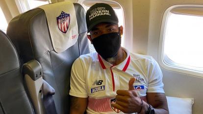Freddy Hinestroza, extremo izquierdo de Junior en el vuelo rumbo a Montevideo.