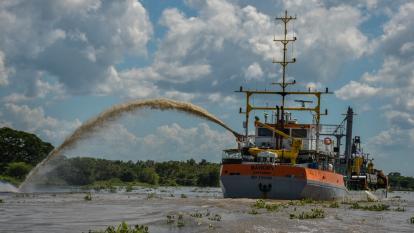 La draga Mahury durante los trabajos en el sector de la isla Tamarindo. Al fondo, la segunda draga.