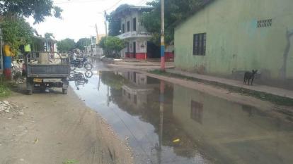 """Descontento por las aguas negras que """"inundan"""" calles en Ponedera"""