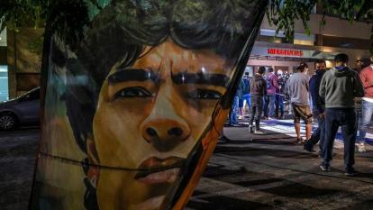 Seguidores de Maradona se han acercado al sanatorio Ipensa, en la ciudad de La Plata.