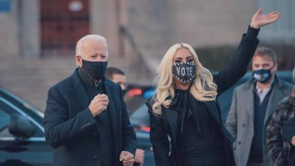 Joe Biden junto a Lady Gaga.