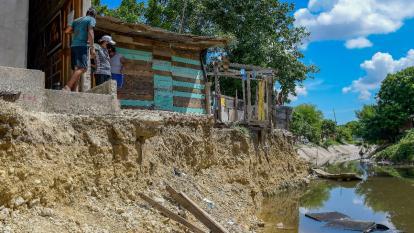 Arroyo causa derrumbe de viviendas en Las Malvinas