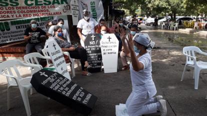 Con pancartas en forma de ataúd, los trabajadores del hospital exigieron el pago de hasta 12 meses de sueldo.