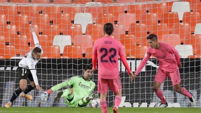 Los jugadores del Real Madrid, Isco y Varane, observan como entra el balón en el segundo gol anotado al Valencia. No sirvió de nada el esfuerzo de Courtois.