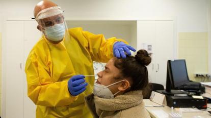 Un profesional sanitario realiza una PCR.