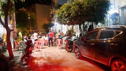Una de las fiestas clandestinas se celebraba en plena vía pública en Cartagena.