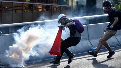 Gases lacrimógenos en medio de protestas.