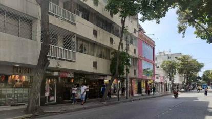 Pico y género para compradores en Santa Marta en el día sin IVA