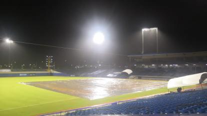 El campo de juego del estadio Édgar Rentería en medio de la lluvia.