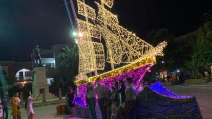La decoración navideña se encendió este viernes en Riohacha.