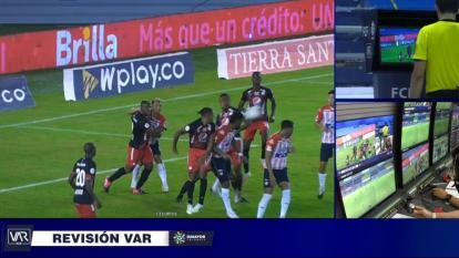 Exárbitros respaldan a Andrés Rojas, pero señalan al VAR