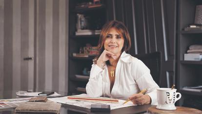 Mildred Correa posa en su oficina, donde lleva a cabo distintos proyectos comerciales, institucionales, residenciales y hoteleros.