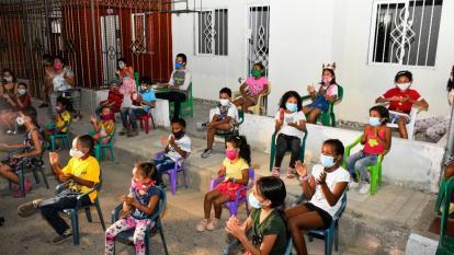 En las novenas de Villas de San Pablo se exige a los niños mantener distancia.