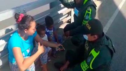 Policías salvan a mujer que pretendía lanzarse de un puente con sus 2 hijos