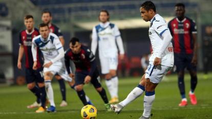 Luis Fernando Muriel anotando de penal el primero de sus dos tantos ante el Bolonia.