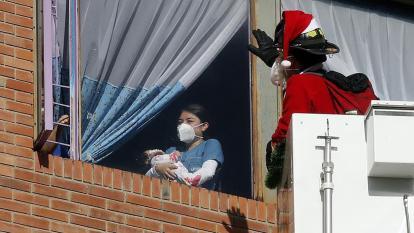 Bomberos de Bogotá llevan regalos a niños y adultos que están hospitalizados