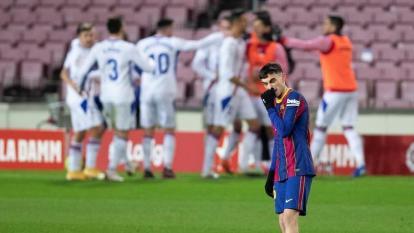 Los jugadores del Eibar celebrando el gol que abrió el marcador, mientras Pedri se lamenta.